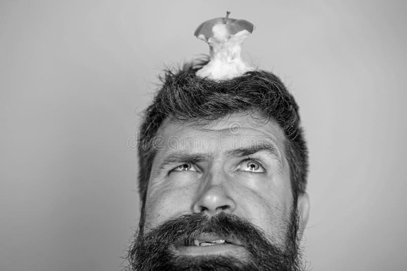 Apfelstumpf des Bartes des hübschen Hippies des Mannes langer gegessener fast auf Kopf als Ziel Nährendes Ziel Livezielkonzept hi lizenzfreie stockbilder
