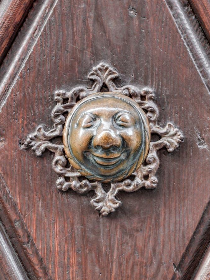 Apfelweibla,在古色古香的门的葡萄酒门把 库存图片