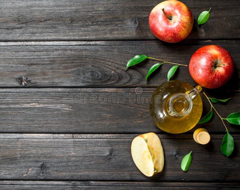 Apfelweinessig mit frischen Äpfeln stockfotos