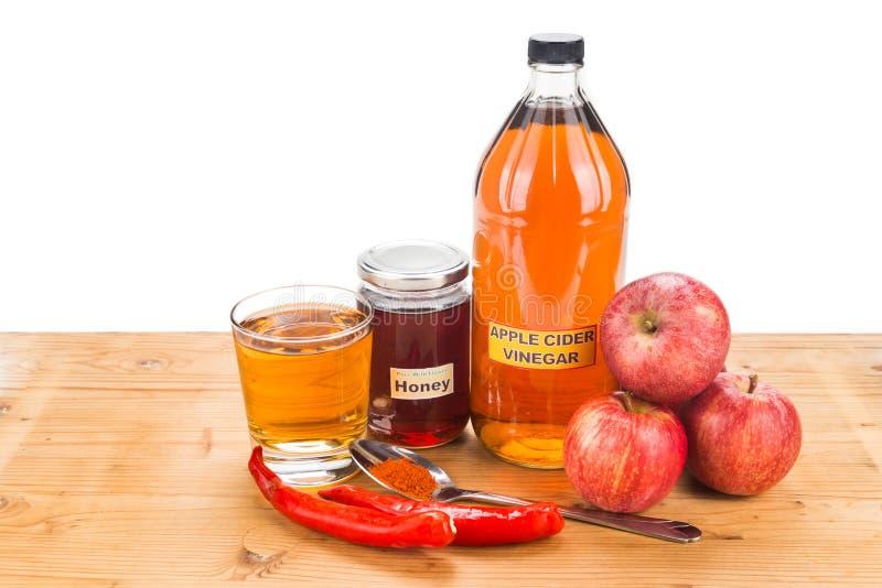 Apfelweinessig mit Honig und Cayenne-Pfeffer, natürliches remed lizenzfreies stockbild