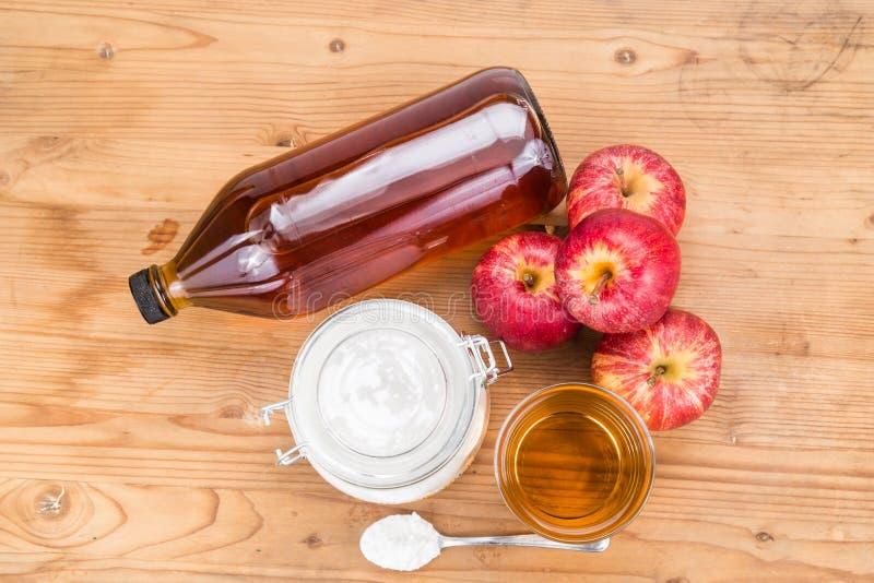 Apfelweinessig- und -Backnatronkombination für sauren Rückfluß lizenzfreies stockfoto