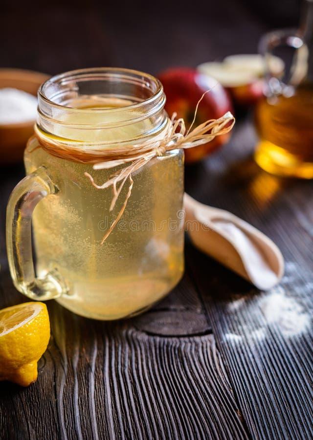 Apfelweinessig-, -zitronen- und -Backnatrongetränk stockfotos