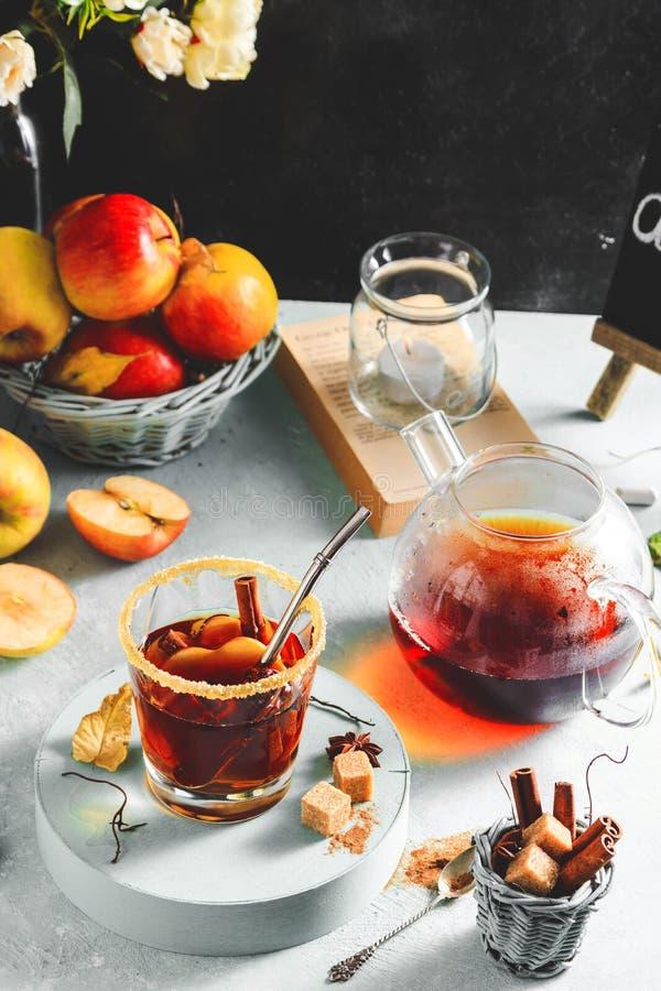 Apfelweingetränk, heißes Cocktail mit Zimtstangen und Apfelscheiben Tee mit Gewürzen Gemütliche Stimmung des Herbstes lizenzfreies stockbild
