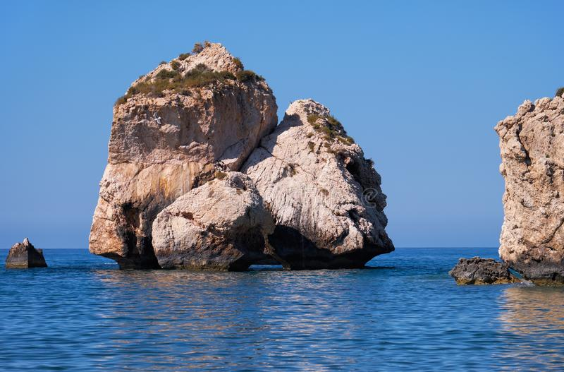 Aphrodite kamień na Petra tou Romiou, Aphrodite skały plaża, jeden główni przyciągania lub punkty zwrotni Cypr wyspa, zdjęcie stock