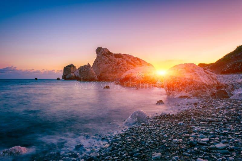 Aphrodite skały plaża, Petra tou Romiou miejsce narodzin Goddness Aphrodite, Paphos, Cypr Zadziwiający zmierzchu seascape zdjęcie royalty free