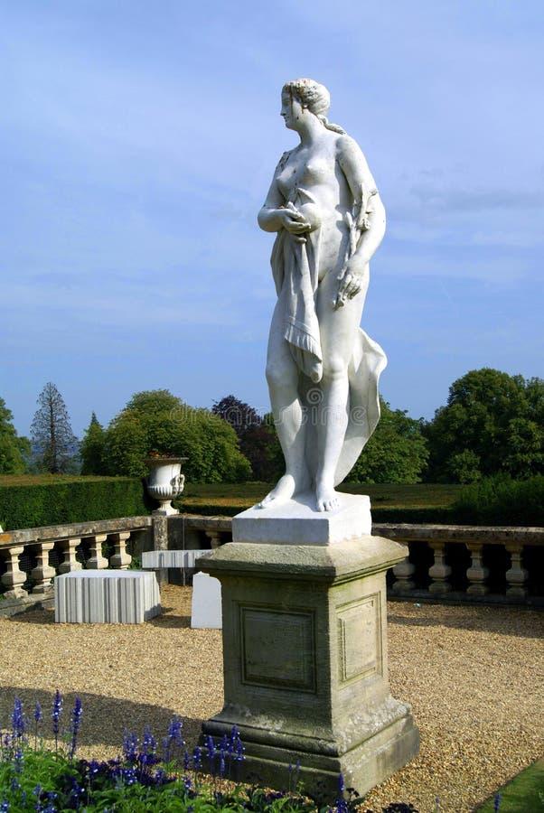 Aphroditestatue in einem Garten, England stockbilder