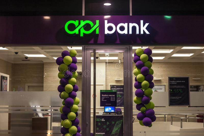 API Bank Banka logo på deras nyligen öppnade kontor i Belgrade Rymt av ryska huvudstäder, är APIBank den nyaste serbiska banken royaltyfri foto