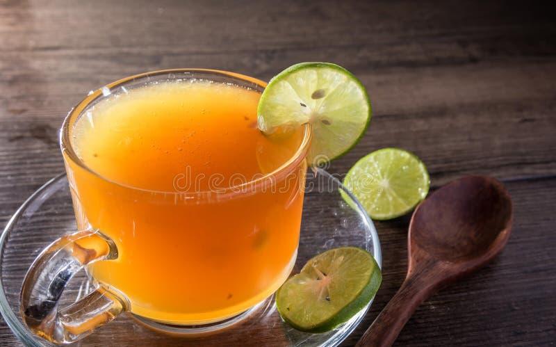 Api del miele e succo di limone in di cristallo fotografia stock libera da diritti