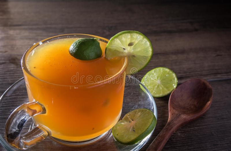Api del miele e succo di limone in di cristallo fotografia stock