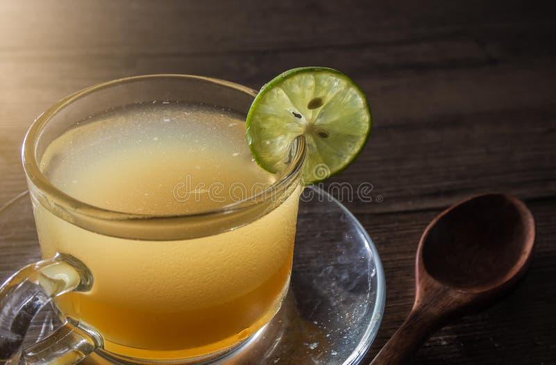 Api del miele e succo di limone in di cristallo immagine stock