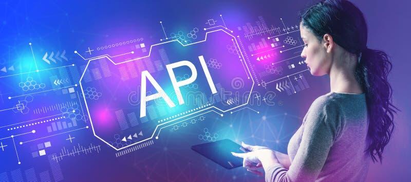 API-Konzept mit der Frau, die eine Tablette verwendet stockbilder