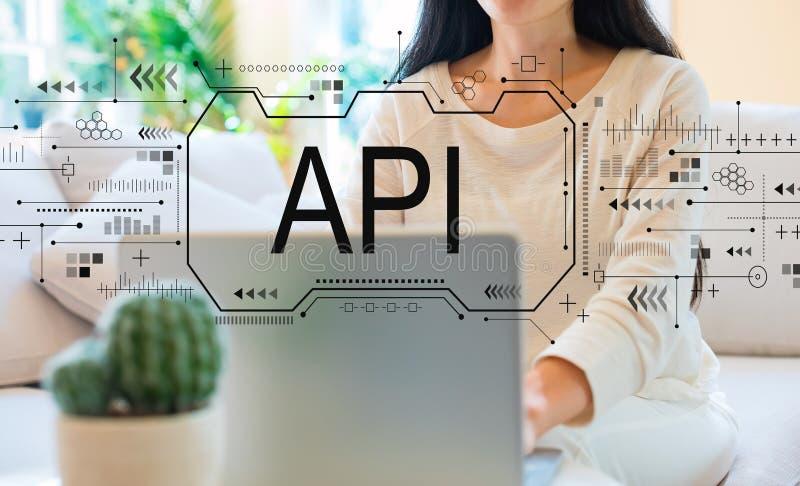 API pojęcie z kobietą używa jej laptop zdjęcia royalty free