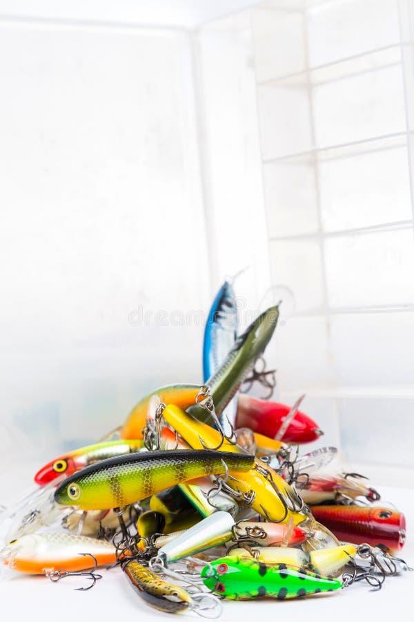 Apile wobblers diversos de una pesca, cebos, señuelos imágenes de archivo libres de regalías
