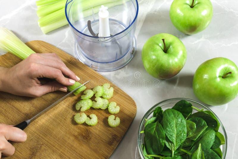 Apio femenino del verde del corte para el smoothie imágenes de archivo libres de regalías