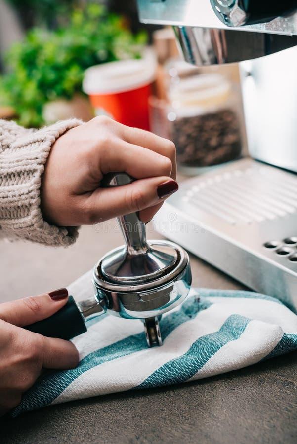 Apisonamiento del café foto de archivo libre de regalías