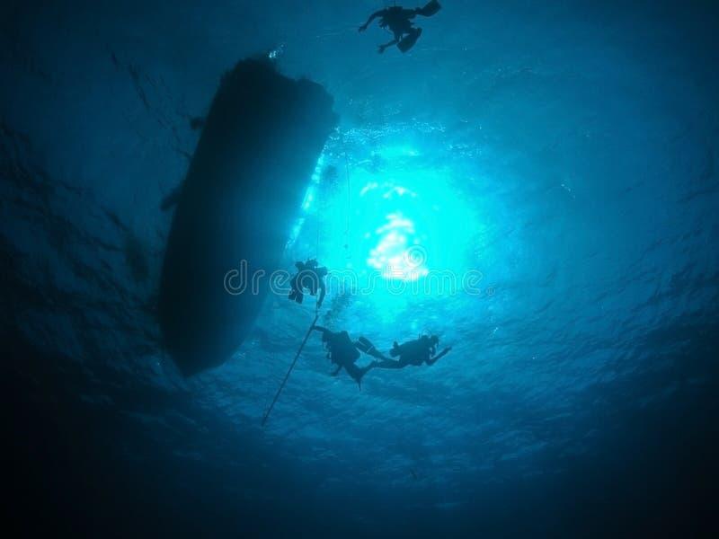 Aplainar submerso dos mergulhadores imagens de stock royalty free