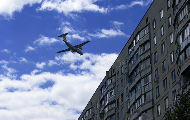Aplane com os turistas que voam próximo, proximamente à construção foto de stock royalty free