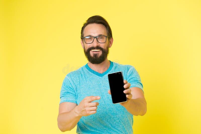 Aplicação da atualização Smartphone alegre do uso do moderno Usuário feliz do homem do smartphone Estada em contato com o smartph imagens de stock royalty free