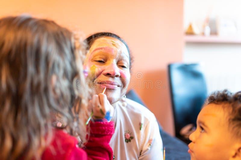 A aplicação das crianças compõe à avó foto de stock royalty free