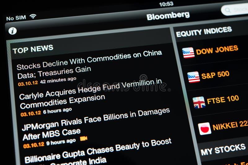 Aplicação de Bloomberg com principais notícias em uma exposição nova de Ipad fotografia de stock royalty free