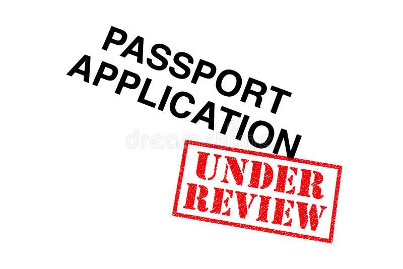 Aplicação de passaporte sob a revisão fotografia de stock