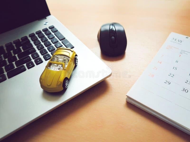Aplicação de seguro automóvel com portátil fotografia de stock royalty free