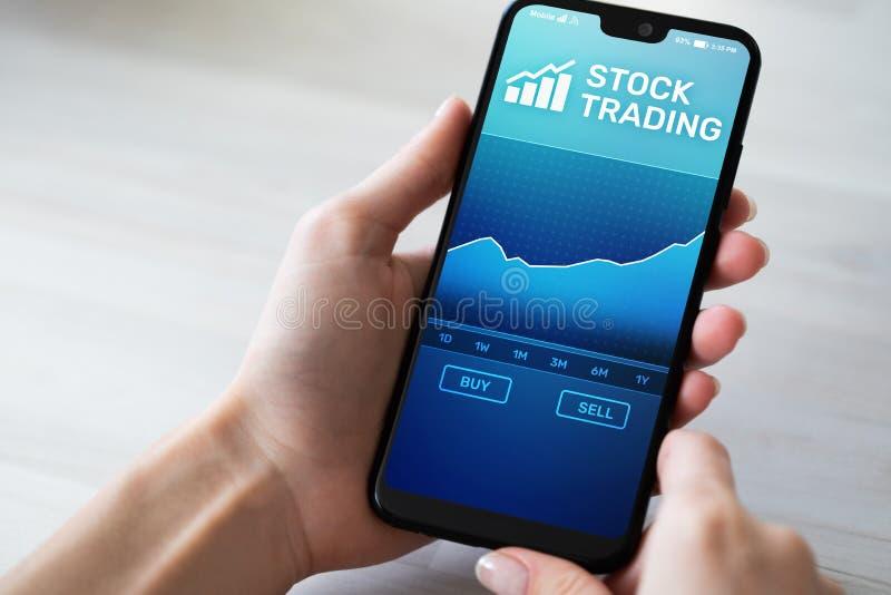 Aplicação de troca móvel com carta do mercado de valores de ação na tela do smartphone Estrangeiros, conceito da tecnologia do ne fotos de stock royalty free