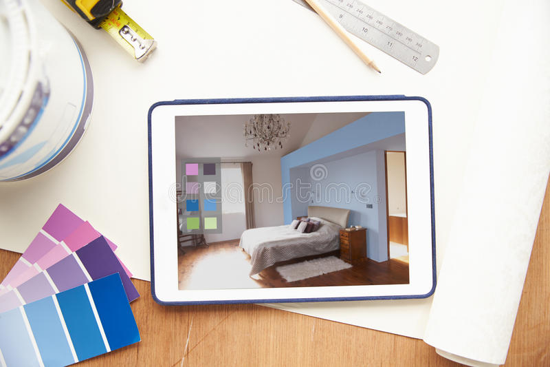 Aplicação do design de interiores na tabuleta de Digitas fotografia de stock