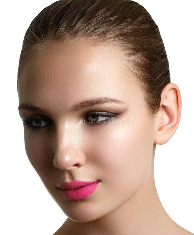 Aplicação do rímel Close up longo dos chicotes Escova do rímel eyelashes imagens de stock royalty free