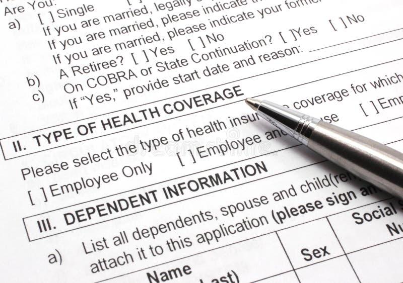 Aplicação do seguro de saúde com pena imagens de stock