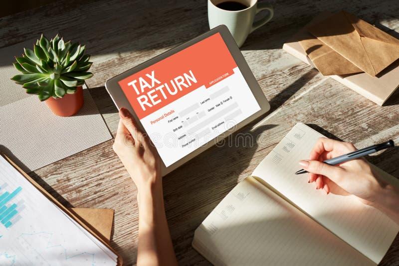 Aplicação em linha da declaração de rendimentos na tela Conceito do negócio e da finança imagens de stock