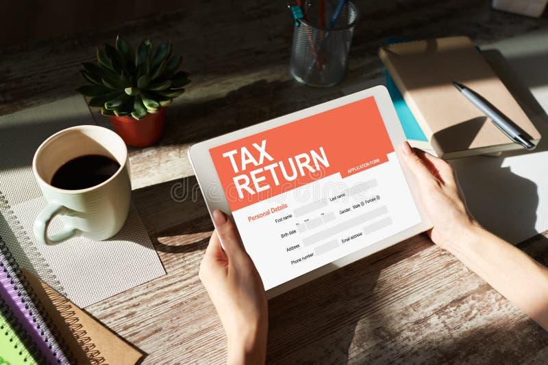 Aplicação em linha da declaração de rendimentos na tela Conceito do negócio e da finança imagens de stock royalty free