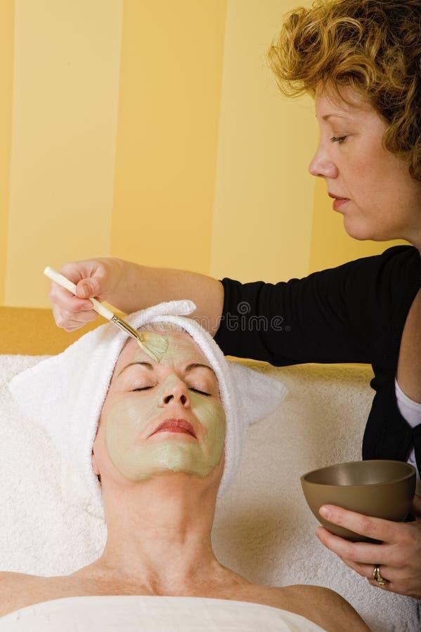 Aplicação facial sênior da máscara da saúde e da beleza foto de stock royalty free