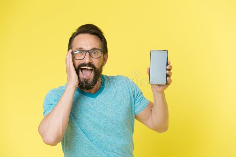 Aplicação fantástica Monóculos do indivíduo oprimidos pela aplicação nova do smartphone Usuário ou colaborador feliz farpado do h imagens de stock royalty free