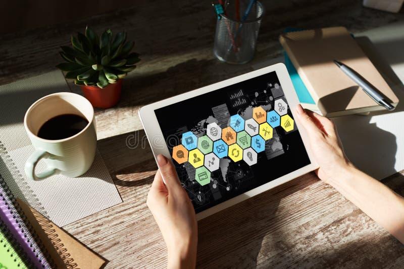 Aplica??o e diagramas na tela do dispositivo Conceito do desenvolvimento do painel e dos apps de controle do neg?cio ilustração do vetor