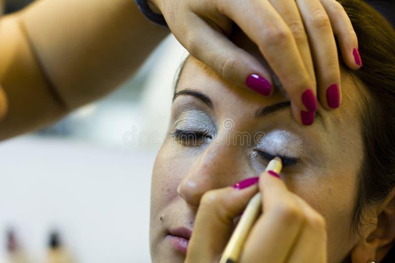 Aplicación de maquillaje del ojo imagenes de archivo