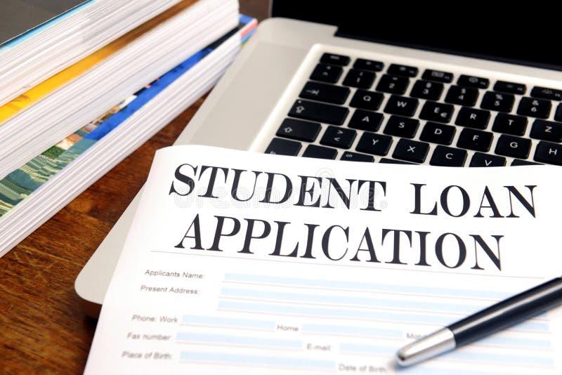 Aplicación de préstamo en blanco del estudiante en la mesa fotos de archivo