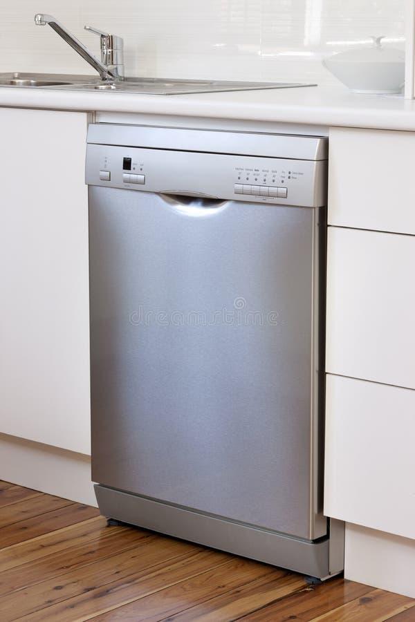 Aplicación del lavaplatos en cocina fotos de archivo