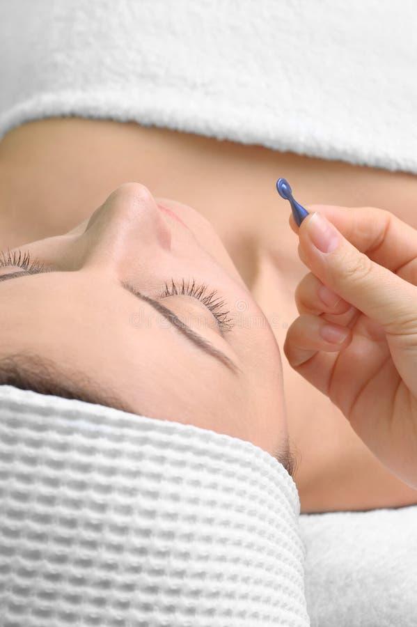 Aplicación del tratamiento de la piel imagen de archivo