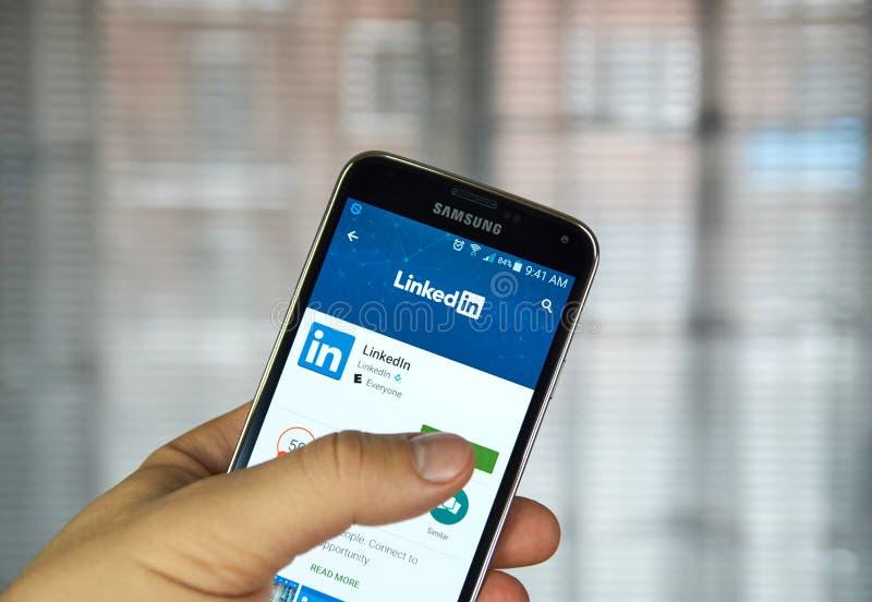 Aplicación móvil de Linkedin en un teléfono celular imágenes de archivo libres de regalías