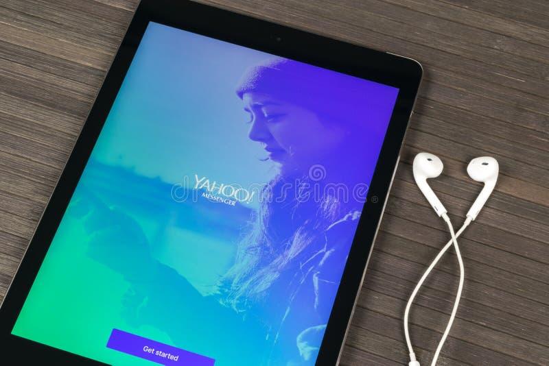 Aplicación Móvil De Yahoo Messenger En La Pantalla De Monitor Del ...