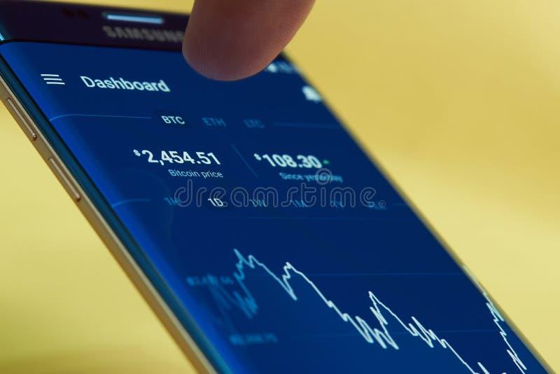 Aplicación móvil para comprobar precio del bitcoin imagen de archivo