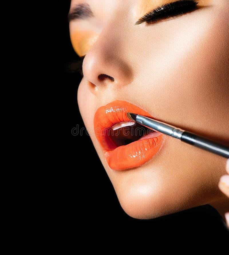 Aplicación profesional del maquillaje imagenes de archivo