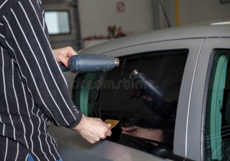 Aplicación teñiendo la hoja en una ventanilla del coche fotografía de archivo libre de regalías