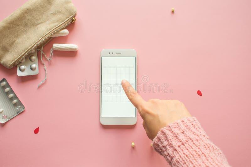 Aplicaci?n m?vil para seguir su ciclo menstrual y para las marcas PMS y el concepto cr?tico de los d?as imagen de archivo libre de regalías