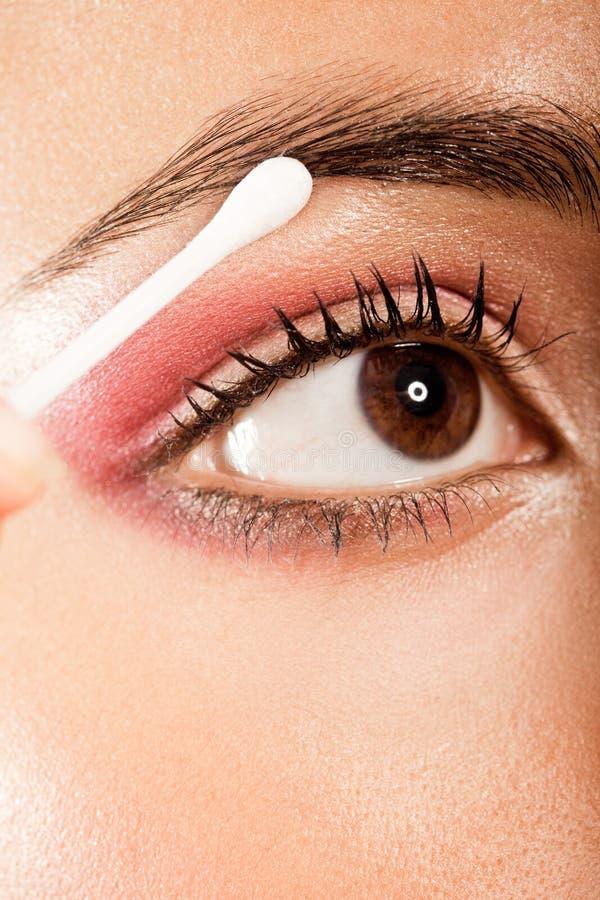 Aplicando el ojo del maquillaje del ojo ábrase imagenes de archivo
