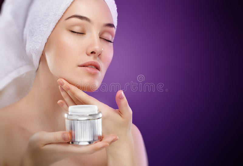 Aplicando o creme cosmético foto de stock