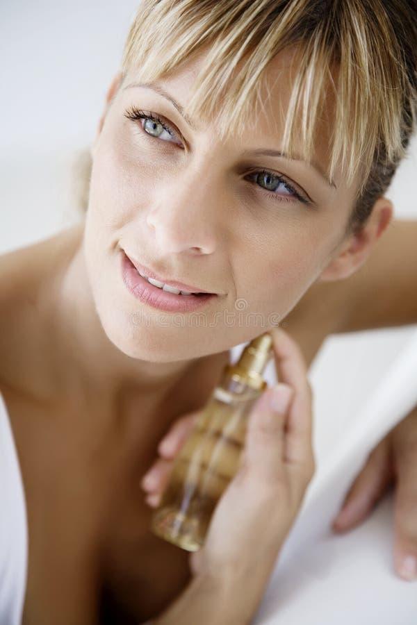 Aplicando o perfume fotografia de stock