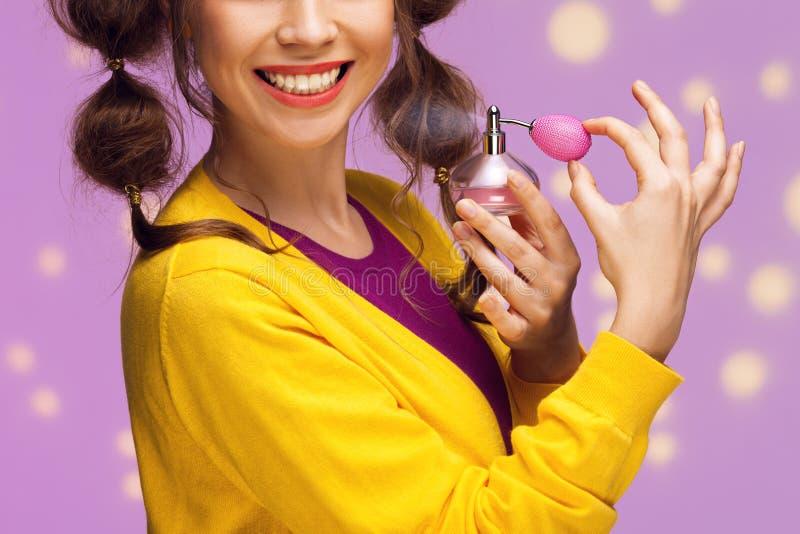 Aplicando o perfume foto de stock