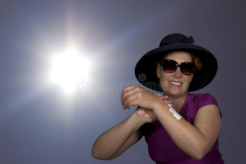 Aplicando a proteção do Sun fotografia de stock royalty free